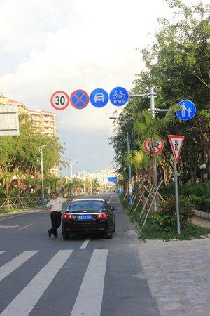 Palm Beach Resort & Spa Sanya: дорога у главного корпусе
