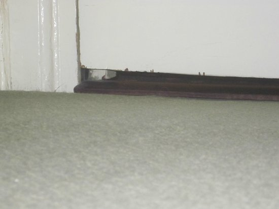Bay St. Ives Bay Hotel: Gap under door to corridoor was at least 8cm letting in draft & noise