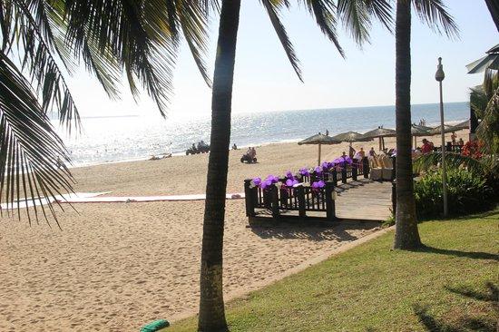 Palm Beach Resort & Spa Sanya : пляж украшают для свадебной церемонии