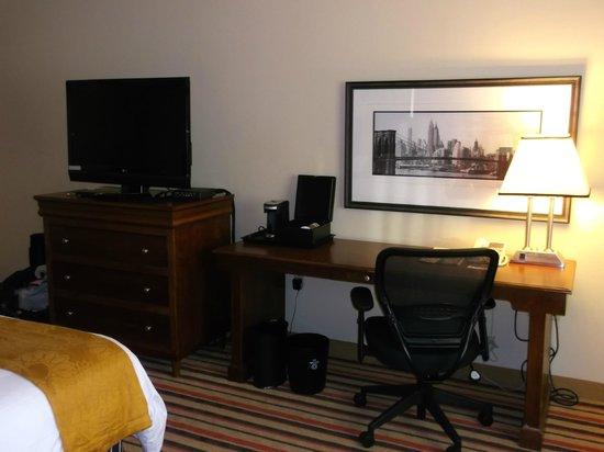 Renaissance Woodbridge Hotel: room