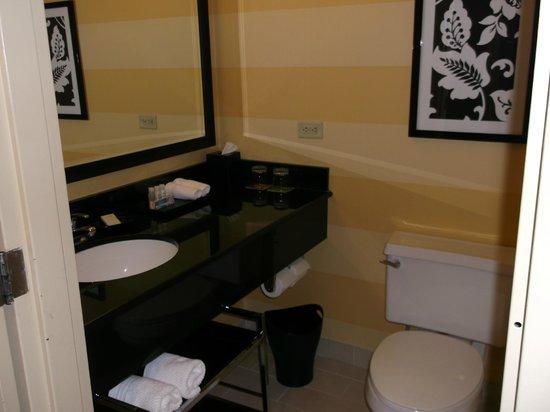 Renaissance Woodbridge Hotel: standard bathroom