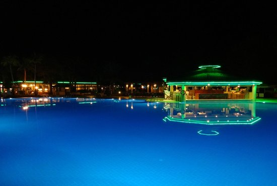 Club Tuana Fethiye : Pool bar by night - Majesty bar in the background