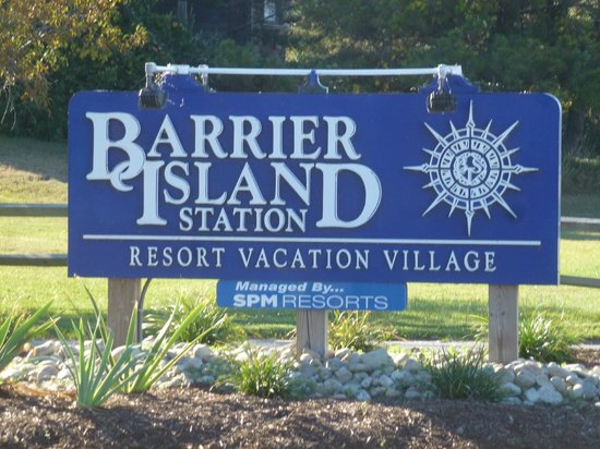 Barrier Island Station - Duck : The sign in the front of the resort