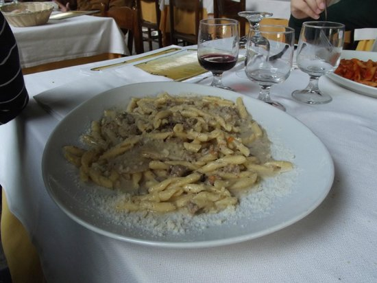 Lo Convento: pasta fresca con salsiccia porcini e olio tartufato