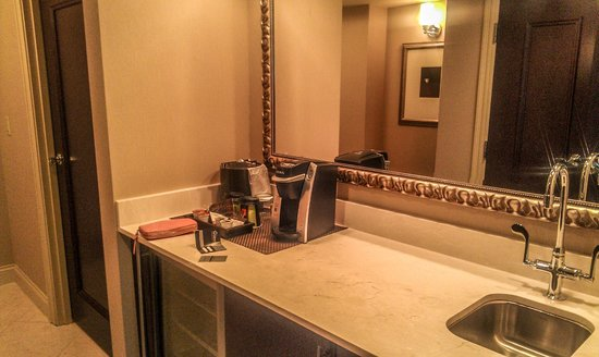 Wyndham Grand Chicago Riverfront : Kurig coffee maker in the room