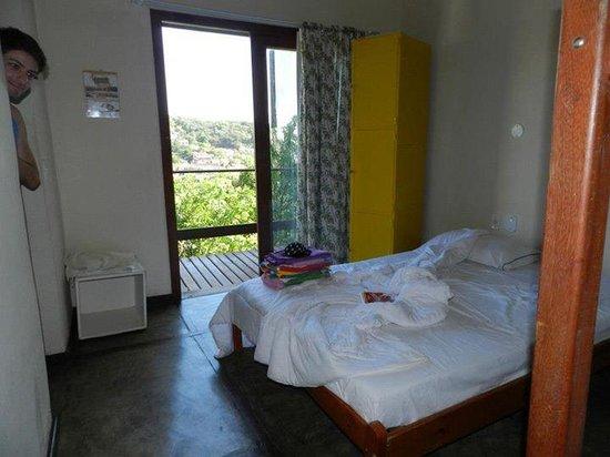 Yellow Hostel Buzios : Cama de casal com a varanda e armário