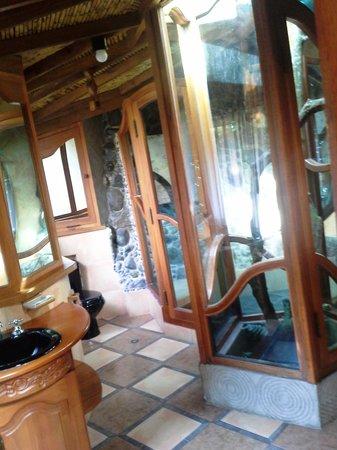 Hosteria Finca Chamanapamba: Ein Baum mitten im Badezimmer