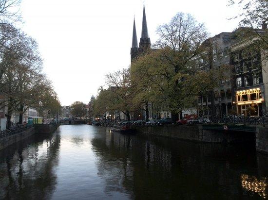 De Krijtberg - Sint Franciscus Xaveriuskerk: 从桥上看粉笔丘教堂