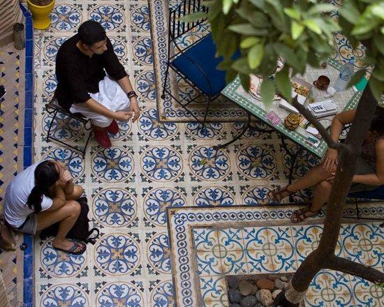 Riad Al Nour: descansando mientras Youssef nos aconsejaba que hacer en Marrakech