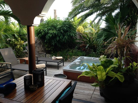 Baoase Luxury Resort: The private outdoor area of the Oceanview Suite