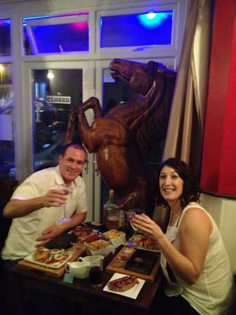 Cattlemans Steakhouse: Enjoying the evening with a huge wooden horse??!!