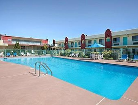 Days Inn Santa Fe: Large Outdoor Seasonal Swimming pool