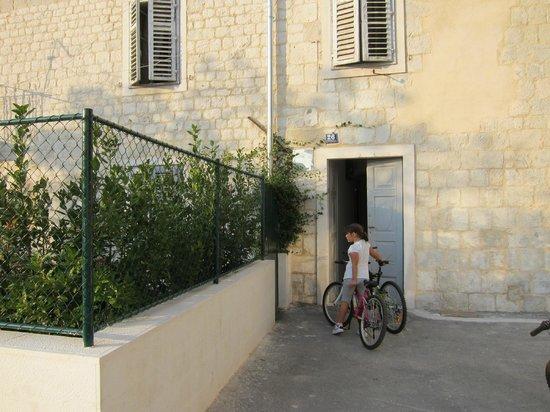 Magnolia Luxury Apartments: Eingang zum Haus