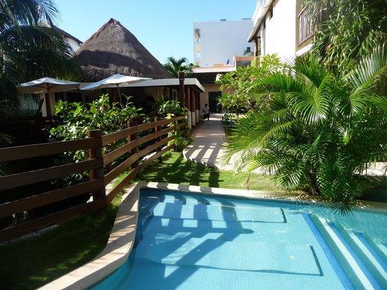 Hotel Posada Sian Ka'an: Pool and breakfast area