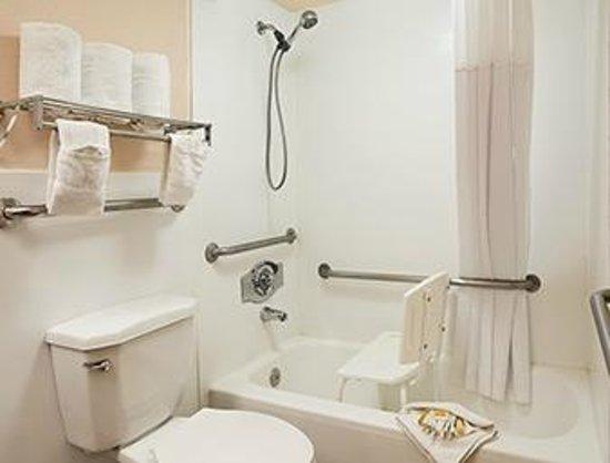 Days Inn Santa Fe New Mexico: ADA Bathroom