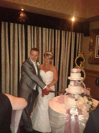 Hallmark Hotel Warrington : cake cutting