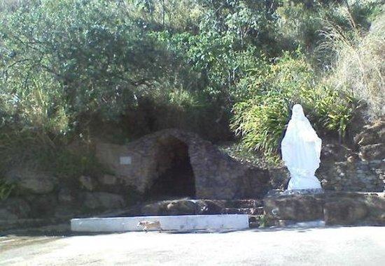 Gruta na estrada Queluz / Areias.