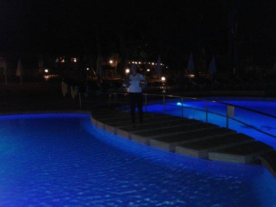 Protur Floriana Resort: Piscina exterior dividida por ese puente