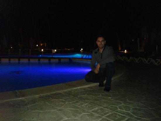 Protur Floriana Resort: Mi novio posando en la piscina. Al fondo nuestra habitación