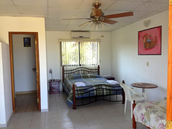 Pedasi Sports Club: Spacious room with comfortable bed and real cool AC.