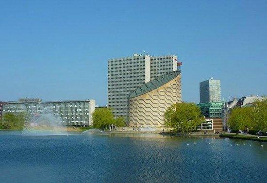 Scandic Copenhagen : Left Hotel, right Planatorium, front Lake St. Jorgens