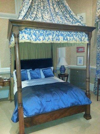 Crewe Hall: Beautiful Bed