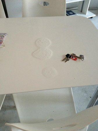 Noa Noa Lofts+Art: mesa en mal estado