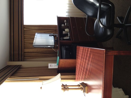 Park Place Hotel: Desk, tv