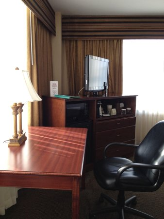 Park Place Hotel: Desk, tv