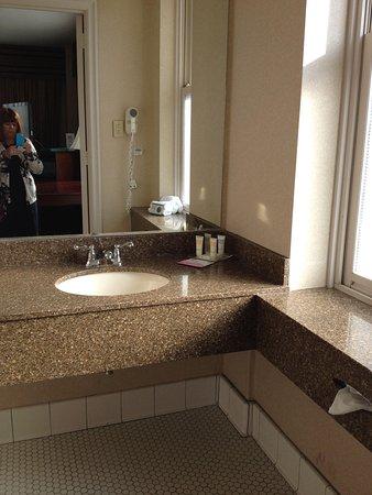 Park Place Hotel: Sunny bathroom