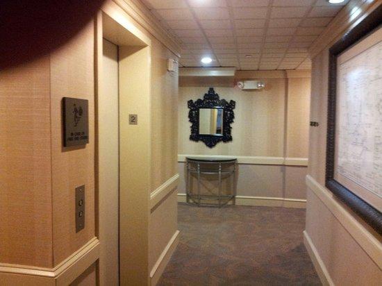 Chestnut Hill Hotel: Hallway