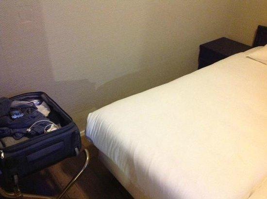 Hotel Europa 92: spazio tra letto e parete