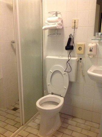 Hotel Europa'92 : bagno con phon a parete