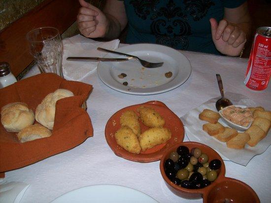 Ora Viva Restaurante: Couvert com nossos bolinhos de bacalhau