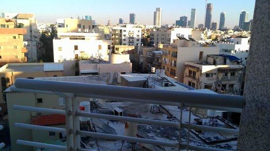The Savoy Sea Side Hotel : Крыши Тель-Авива: вид из одноместного номера отеля Савой на 6-ом этаже
