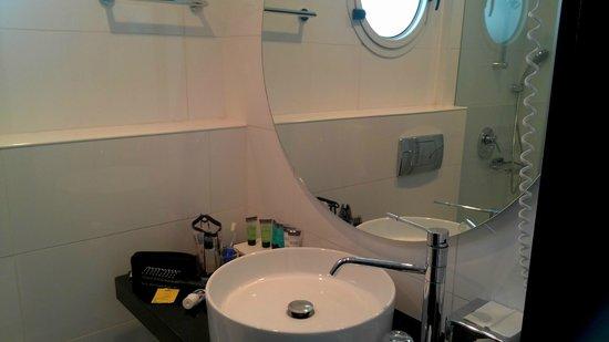 The Savoy Sea Side Hotel : Ванная комната в сингл Тель-Авив для манекенщиков и моделей не пойдет: крохотуля