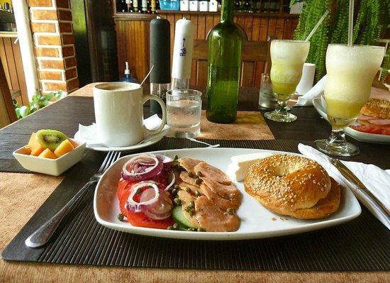 Cafe San Rafael : Bagel Lox (Salmón ahumado, alcaparras y queso de untar), fruta + capuccino