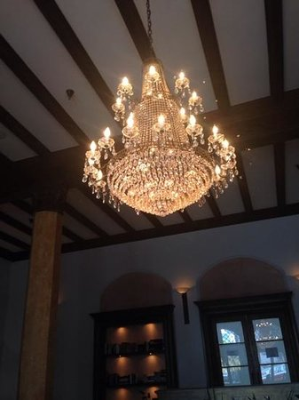Hotel Normandie: beautiful chandelier in the lobby