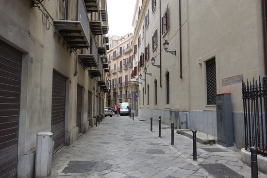 Grand Hotel Piazza Borsa: alley that leads to entrance