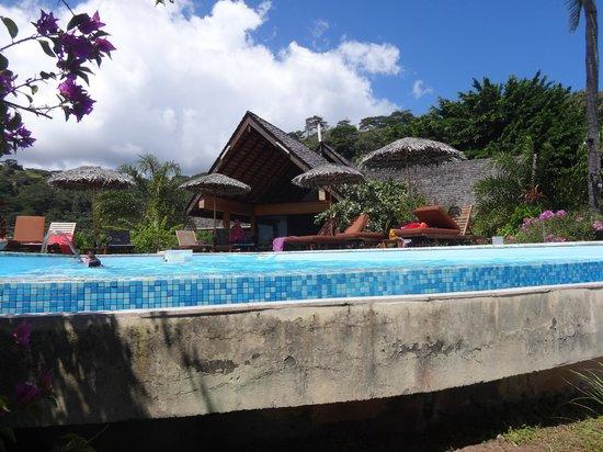 Hanakee Hiva Oa Pearl Lodge: piscine à débordement donnant sur la baie