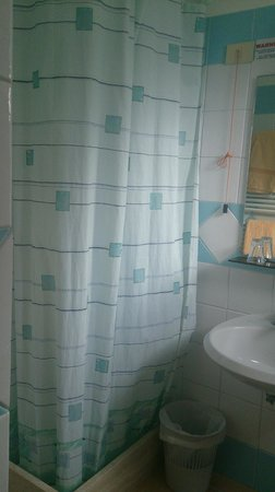 Hotel Carmencita: シャワーカーテンは爽やかなブルー。