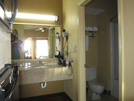 Bathroom picture of best western inn monroeville for Best western bathrooms
