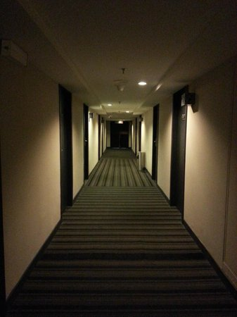 The Palace Hotel Kota Kinabalu: Dim & musky corridor
