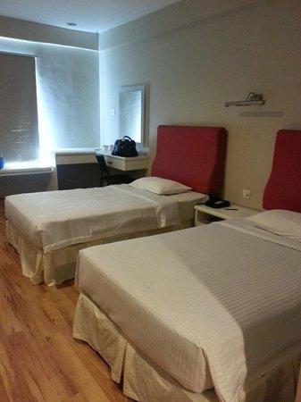 The Palace Hotel Kota Kinabalu: Room 002:  Dresser and beds