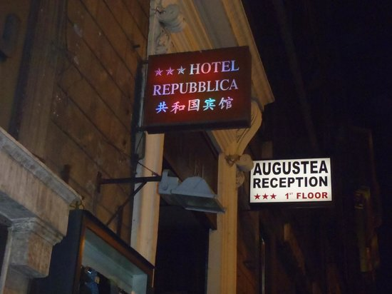 Repubblica Hotel: 夜になると看板のネオンが。