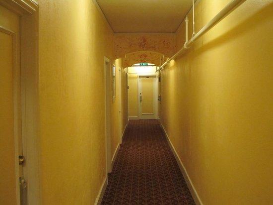 Hotel Mayflower: Typical hallway
