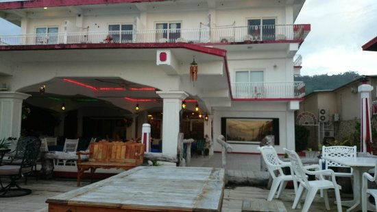 Truk Stop Hotel: Looking up at hotel rooms from ocean side