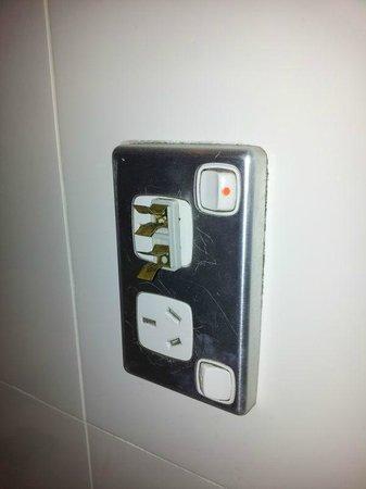 Meriton Suites Kent Street, Sydney : Active broken power plug in bathroom socket