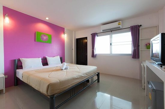 Noble House: Spacious bedroom