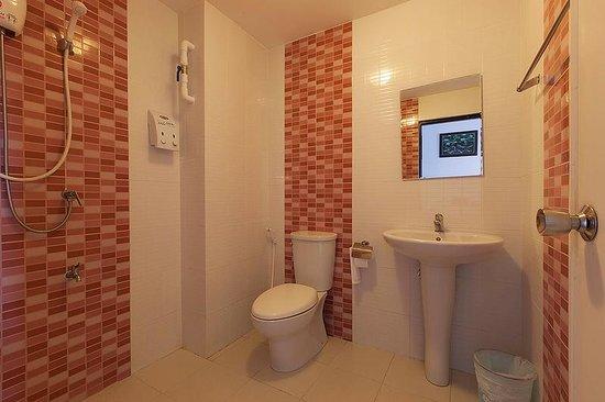 Noble House: Modern bathroom
